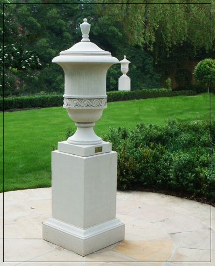 Richmond Urn/Finial Garden Ornament